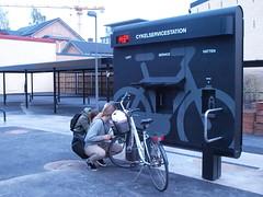 P9186956 (juliebraka) Tags: umeå station vélo lavage gonflage