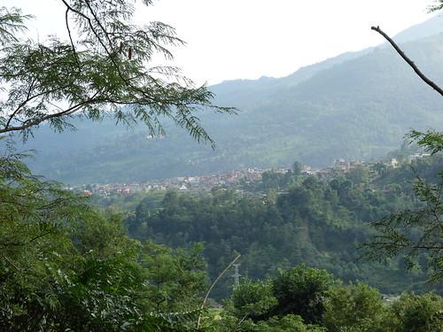 La ville de Besisahar vue depuis les montagnes aux alentours.