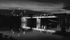 Anochece (Lea Ruiz Donoso) Tags: blancoynegro byn monocromo sony arquitectura puente pasarela agua reflejo nocturna noches madrid