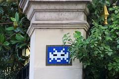 PA_238 Reactivated space invader in Paris 8th (Sokleine) Tags: 75008 spaceinvader invader streetart street artderue arturbain urbanart tiles ceramics wall mur france bleu blue feuilles leaves pillier pillar