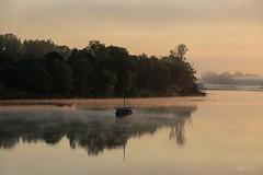 Le réveil de la Loire (A. d'Azay) Tags: loire matin brumes ciel rouge calme bateau leverdesoleil reflet touraine loirevalley