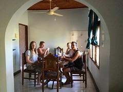 Les bénévoles engagés à Zanzibar prennent le petit déjeuner ensemble (infoglobalong) Tags: hébergement maison des volontaires logement bénévoles transport local dala zanzibar tanzanie afrique