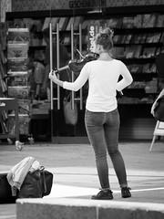 Die Kehrseite der Straßenmusik (-BigM-) Tags: ulm donau deutschland germany baden württemberg bigm geige violine musik music girl