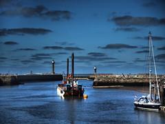 Im Hafen Whitby (Pico 69) Tags: hafen wasser brücke boote häuser himmel england pico69 whitby