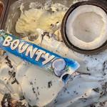 Bounty Kokosnuss Eis mit einer halben Kokosnuss und einem Bounty Schokoriegel thumbnail