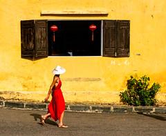 Vietnam - Une occidentale inconnue à Hoi An. (Gilles Daligand) Tags: vietnam hoian murjaune wall yellow femme roberouge woman red lanternes fenêtre graphisme