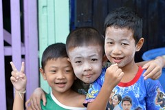 brothers and talcum powder (the foreign photographer - ฝรั่งถ่) Tags: three brothers talcum powder khlong thanon portraits bangkhen bangkok thailand nikon d3200