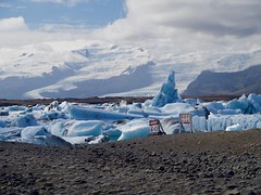 2018.08.10-14.27.49 (Pak T) Tags: bustour glaciallake glacierlagoon iceland jokulsarlon jökulsárlón signs