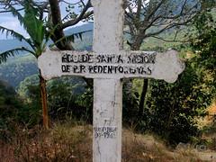 Cruz conmemorativa en el camino/ Memorial cross on the way (vantcj1) Tags: cruz hierba vegetación árboles valle montaña colina ladera pendiente campo rural caminata paisaje naturaleza cielo nubes religioso memorial