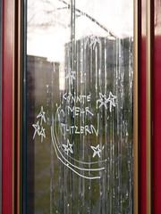 Die Sterne. (Das Glitzern.) / 12.11.2018 (ben.kaden) Tags: berlin friedrichshain frankfurterallee sterne glitzern details schrift 2018 12112018