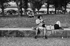 Zweisamkeit (Deinert-Photography) Tags: berlin streetfotografie deutschland street schwarzweis schwarzweiss blackwhite citylife streetart streetphoto streetphotography ubanphotography urban