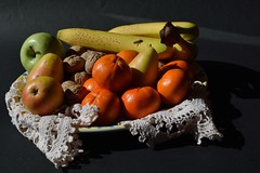DSC_8213_4880. Still life in sunlight ( with flying bee). (angelo appoloni) Tags: natura morta banane noci pere mela verde clementine ape volo vassoio ceramica pizzo fatto mano still life bananas nuts pears green apple clementines bee flight ceramic tray handmade lace