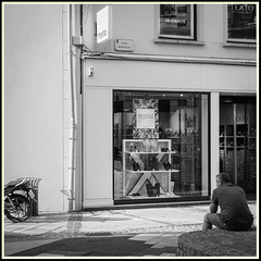 Urban Incongruity / Incongruité Urbaine #13 (Napafloma-Photographe) Tags: 2018 architecturebatimentsmonuments bandw bw chartres eureetloir fr france personnes techniquephoto blackandwhite boutique couvert marchã© monochrome napaflomaphotographe noiretblanc noiretblancfrance photoderue photographe province streetphoto streetphotography ville