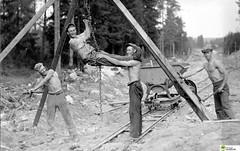 tm_5838 - 1930-talet (Tidaholms Museum) Tags: svartvit positiv gruppfoto människor byggnadsarbetare 1930talet