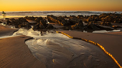 Le surfeur du crépuscule (mrieffly) Tags: paysbasque coucherdesoleil crépuscule plage sable rochers bidart océan