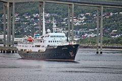 """Norwegen - Tromsø, Hurtigrutenschiff """"Lofoten"""" (www.nbfotos.de) Tags: norwegen norge norway tromsø tromsö tromsøbrua brücke bridge hurtigrutenschiff hurtigruten lofoten schiff ship boat tromsøysund"""