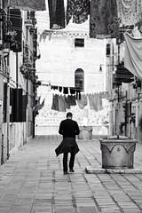 panni stesi e addosso (silvanoalloggio) Tags: venezia street streetphotography blackandwhite
