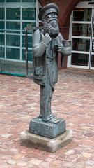 Der Räibock - Statue eines Tagelöhners in Erbach (fotoculus) Tags: deutschlandalemaniagermanyduitslandalemanhagermaniaallemagnetyskland hessen odenwald erbach schloss schlossgarten