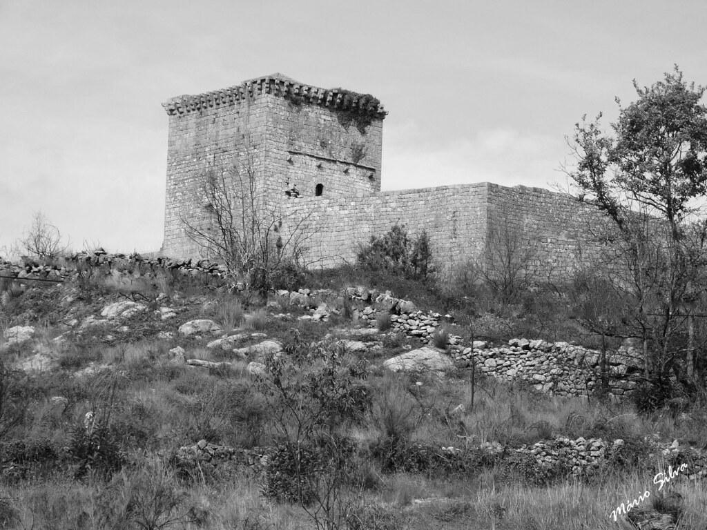 Águas Frias (Chaves) - ... o castelo de Monforte de Rio Livre (monumento nacional) ... em tons de cinzento pois é,certamente, essa a cor que as entidades competentes devem ver este património nacional !!!!!????? ...