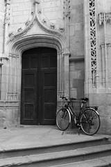 Pause apostolique (Tonton Gilles) Tags: alençon normandie église basilique notredame dalençon noir et blanc vélo porte entrée marches porche photo de rue