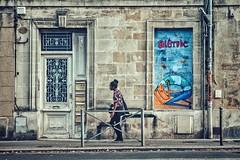Déambulations dans les rues bordelaises.... (Isa-belle33) Tags: architecture urban urbain city ville wall mur fenêtre door porte street streetphotography fujifilm streetart