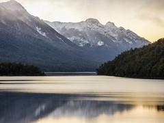 Amanecer en Lago Correntoso (Helga Wolf) Tags: lagos montañas reflejo luz amanecer nieve naturaleza