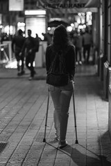 Sola ante el peligro (alimoche67) Tags: sony josejurado barcelona street urbanas cataluña españa catalunya ciudad a6000