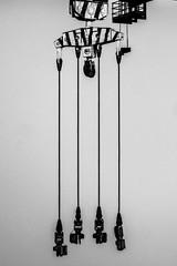 parallèles (Mireille Muggianu) Tags: bouchesdurhone europe france laciotat provencealpescotedazur lignes vertical noiretblanc noirblanc blackandwhite blackwhite samsungnx nx500